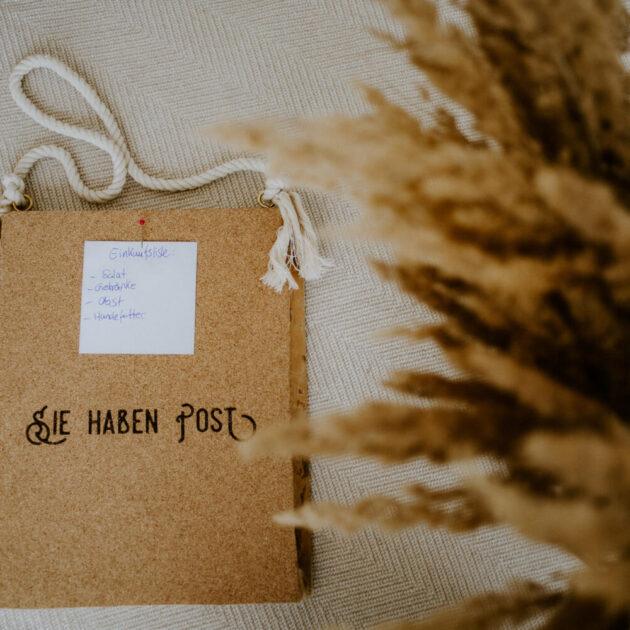 Bild aus Holz und Kork für Notizen anzuheften