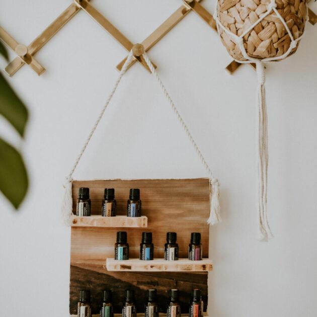 Ein Regal aus Holz für ätherische Öle