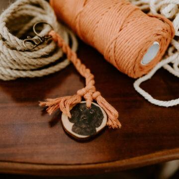 Schlüsselanhänger Holz und aus Makramee