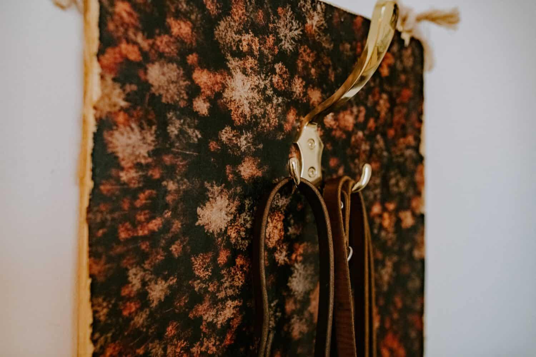 Eine Garderobe aus Holz oder eine Hundegarderobe